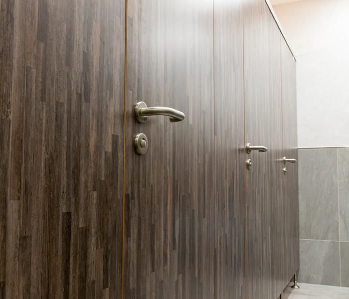 trennwand toilette cool die halbhohe trennwand zur toilette mit gebrsteten with trennwand. Black Bedroom Furniture Sets. Home Design Ideas